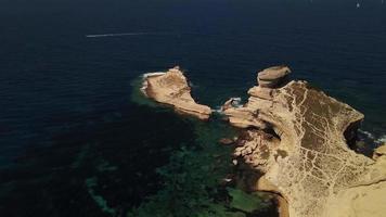 drone svelando il colpo di un faro da una barriera corallina in 4K