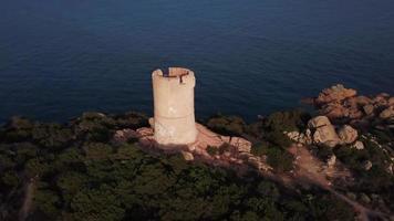 orbitando una torre genovesa al atardecer en 4k video