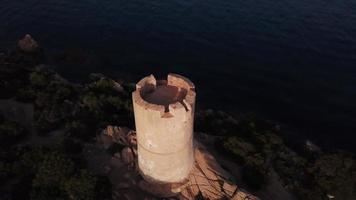volando desde una torre genovesa en 4k video