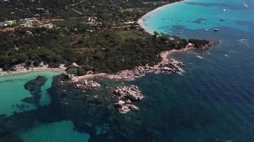 volando hacia atrás desde una playa rocosa en 4k video