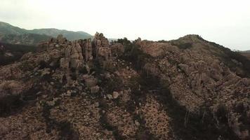 volando hacia atrás desde las rocas en 4k video