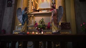 altar da igreja com velas video