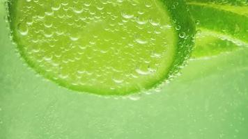 close-up extremo de limão e refrigerante video