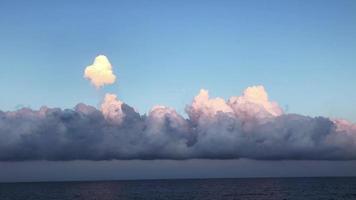 nubes al atardecer en 4k