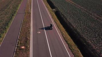 drone sigue a una motocicleta desde atrás en 4k