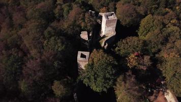 drone orbitando un antiguo castillo en 4k video