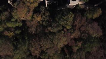 drone volando directamente sobre el antiguo castillo en 4k