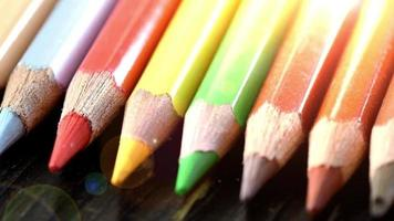 em um lápis multicolorido de fundo de madeira. lápis de cor brilhantes fechem. macro. tiro macro video
