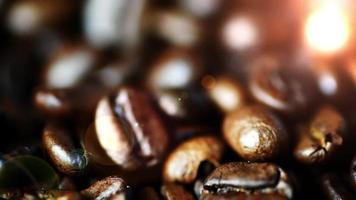 Granos de café de cerca con una cálida luz bokeh de fondo