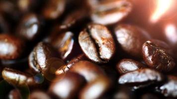 chicchi di caffè si chiudono con una calda luce bokeh in background