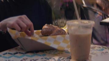 mulher comendo hambúrguer com batatas fritas com um café gelado video