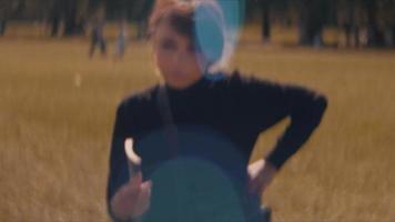 mujer caminando en el parque y manteniendo su libro video