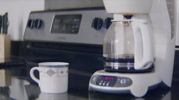 cafetière préparant une infusion du matin