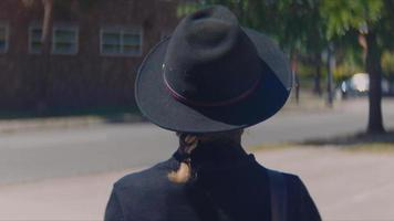 retrovisor de uma jovem caminhando na rua video
