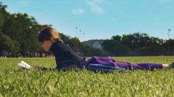 uma foto de ângulo baixo de uma mulher descansando na grama e relaxando com um livro
