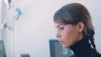 close-up do rosto de uma mulher trabalhando no computador