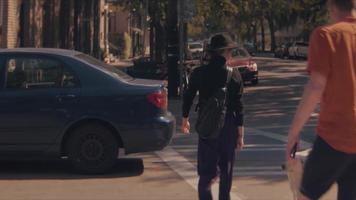 mittlere Einstellung der Stadt mit Leuten, die die Straße überqueren video