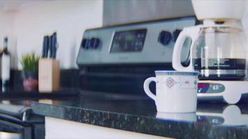 Cerca de joven preparando un delicioso café en la mañana video