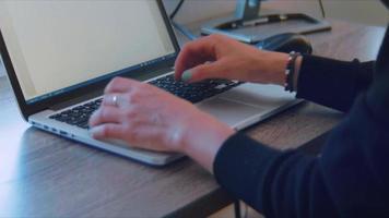 close-up de uma jovem trabalhando em seu computador latop video