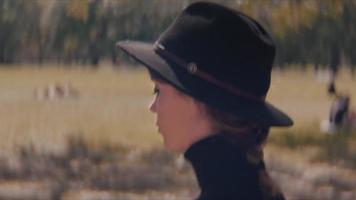 vista lateral de uma jovem caminhando no parque video