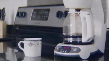 Cerca de una máquina de café preparar café para el desayuno video