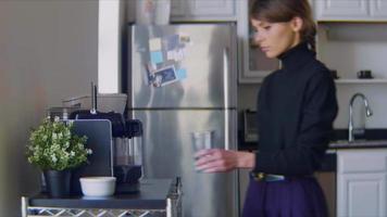 jovem entra na cozinha para fazer um macchiato video