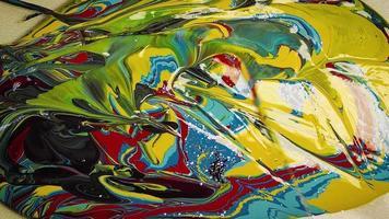 mezcla de pinturas azules, verdes y rojas