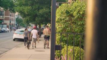 ciclistas e pessoas caminhando na calçada de chicago