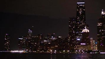Fotografía nocturna del horizonte de la ciudad de Chicago y las luces del coche.