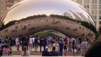 gente tomando fotos del frijol en chicago