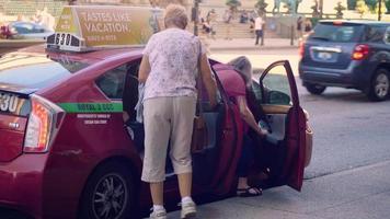 mujeres tomando un taxi en las calles de chicago
