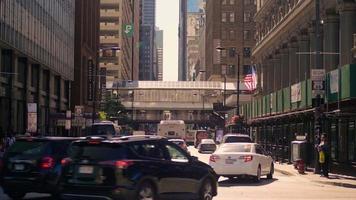 estación de tren elevada y calles de chicago