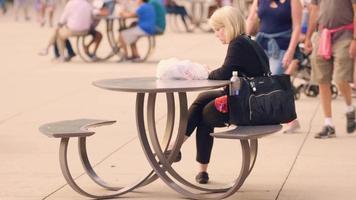 Mujer comprobando su teléfono en el Millennium Park de Chicago