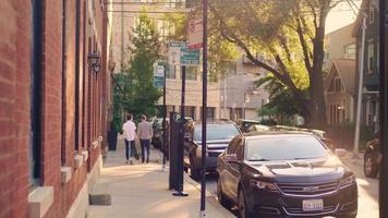 pessoas indo embora na calçada de chicago