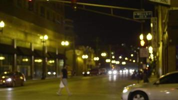 Toma nocturna de personas y autos en las calles de Chicago. video