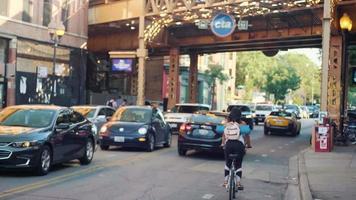Calle y ciclovía debajo de la estación de tren elevada en Chicago video