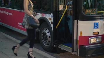 mulher pegando ônibus nas ruas de Chicago