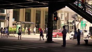 pessoas usando faixas de pedestres sob trilhos elevados de trem video