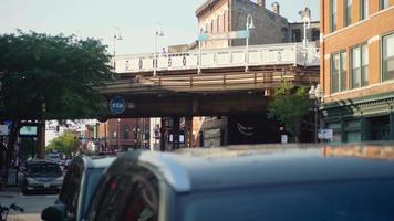 passarela e trilho de trem elevado da estação Damen em chicago video