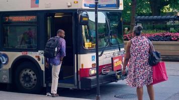 Hombre tomando un autobús en las calles de Chicago
