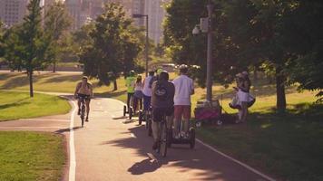 pessoas em bicicletas e segways em rainhas pousando em Chicago video