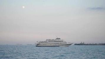 Yacht dans le port de Chicago avec aquarium shedd en arrière-plan