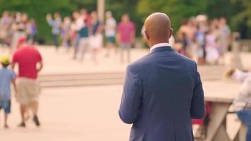 Hombre revisando su teléfono en el Millennium Park de Chicago