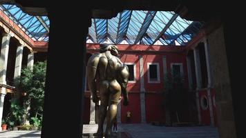 verso da escultura feminina gigante no museu jose luis cuevas