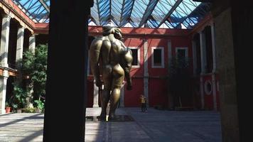 casal tirando fotos de escultura no museu jose luis cuevas g59842
