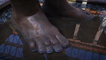 pés da escultura feminina gigante no museu jose luis cuevas