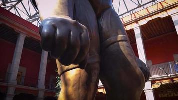 Main de la sculpture géante féminine dans le musée jose luis cuevas