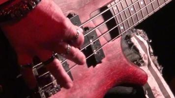 Guitare basse en action live lors d'un concert - focus rack - gros plan video