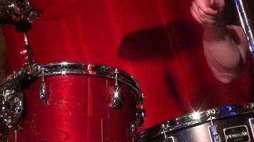 Hombre baterista tocando la batería - cerca del hombre tocando la batería
