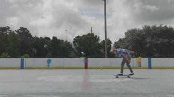 jovem mantendo o equilíbrio em seu skate